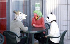 動物のマスクをかぶった3人