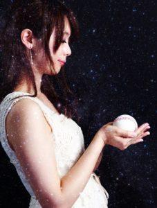 野球のボールを持った美しい女性