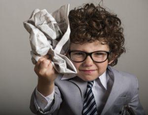 新聞紙を丸める子供