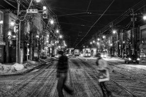 夜の街に消える二人
